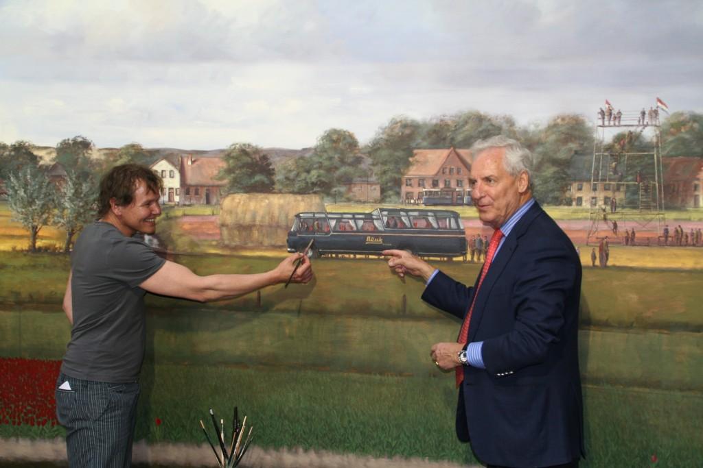 Kunstschilder Simon Balyon met Dolf Beuk bij de Koninklijke Beuk oldtimer l'Histoire